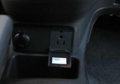 Cuenta con un conector de 115 voltios, muy práctico para conectar la com...