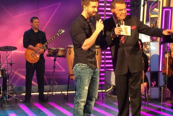 El guapo artista español pasó por el show para hacer suspirar a la audie...