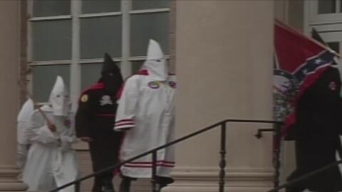 Grupos supremacistas como el KKK anuncian que planean desplegar miles de...
