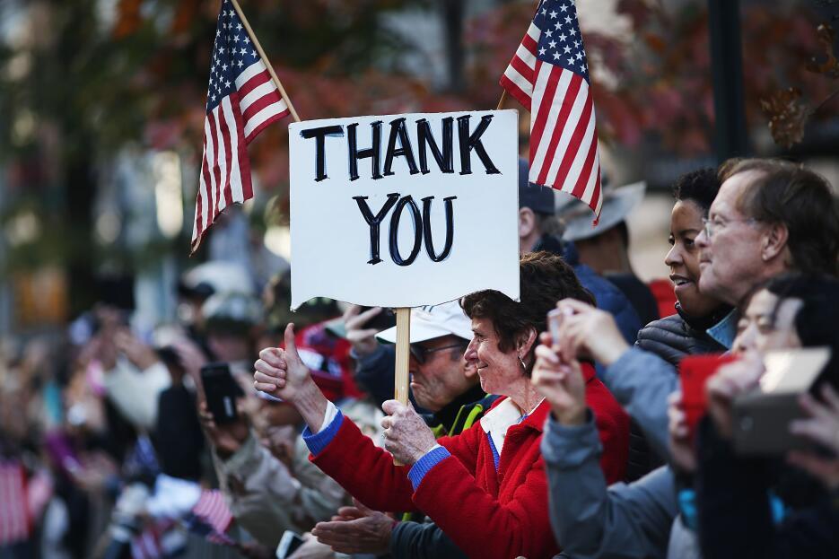 Miles de personas expresaron a los veteranos su agradecimiento desde las...