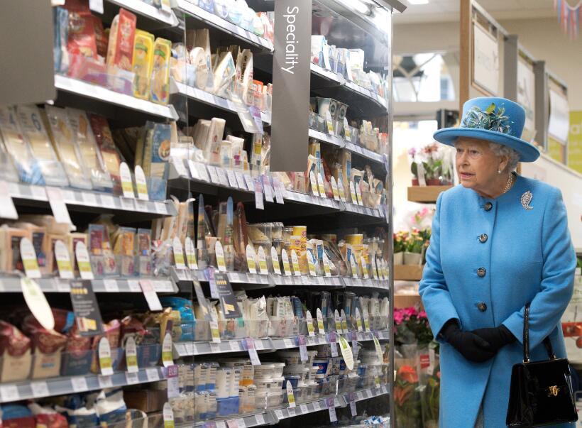 La Reina de Inglaterra visita una tienda local en Poundbury