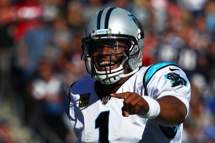 Cam Newton lanzó tres pases de touchdown y corrió para uno más.