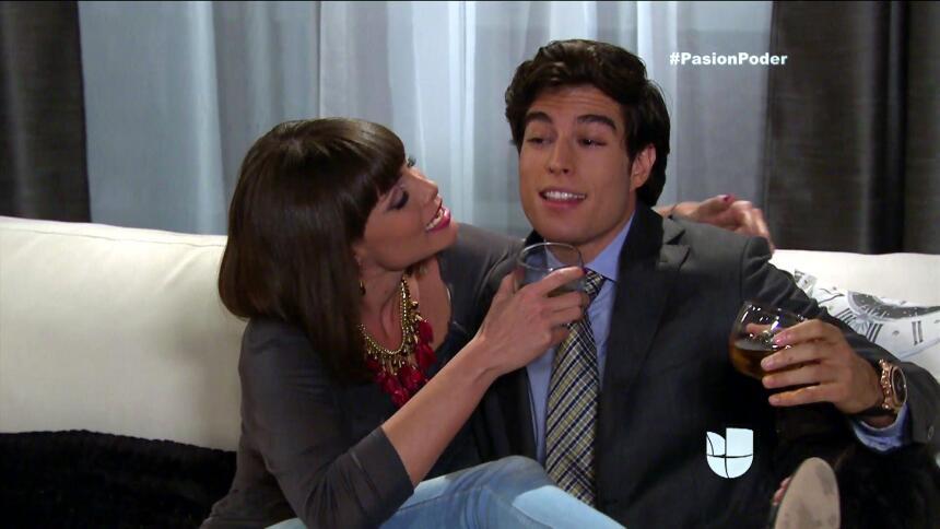 ¡Julia y Arturo ya no pueden ocultar su amor! 8C78DAC1D45E4E33BB54F20119...
