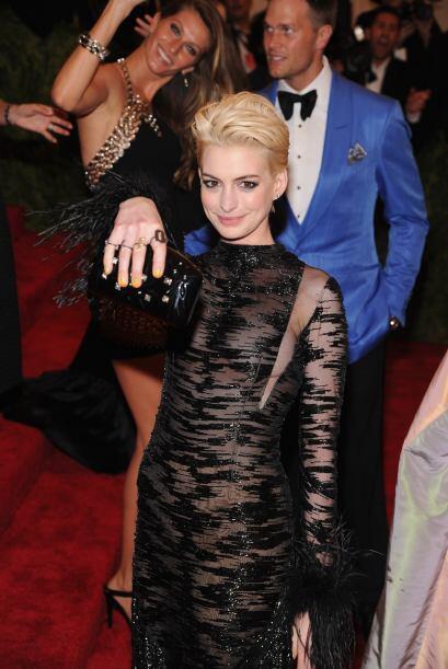 Sí, muy bonitos tus anillos Anne Hathaway, pero los que de verdad están...