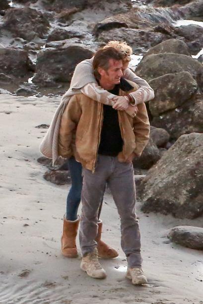 Charlize se colgaba de los hombros de Sean. Más videos de Chismes aquí.