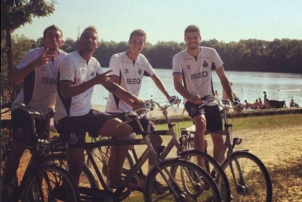 Diego Reyes compartió esta foto con sus compañeros del Porto donde apare...