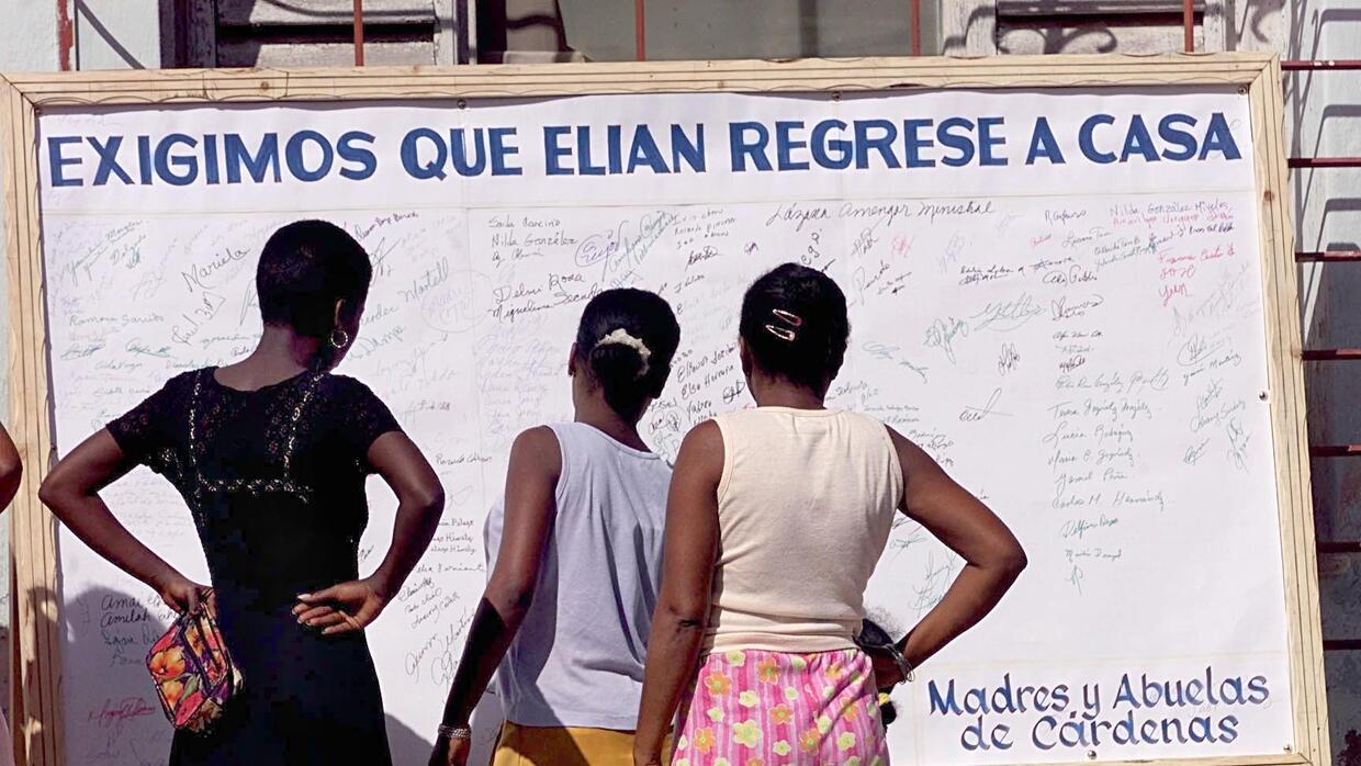 Women look at signatures in Cardenas, Cuba 06 December 1999 of those adv...