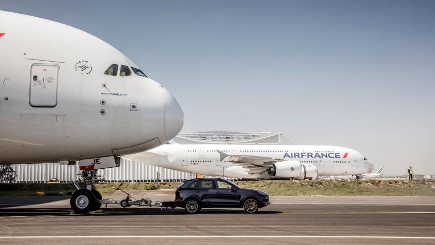 La Porsche Cayenne hace historia al remolcar un Airbus A380 high_cayenne...