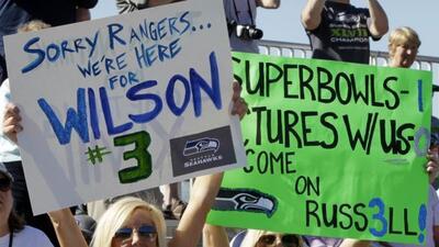 Fans de Wilson presentes en el entrenamiento del QB de Seattle con los R...