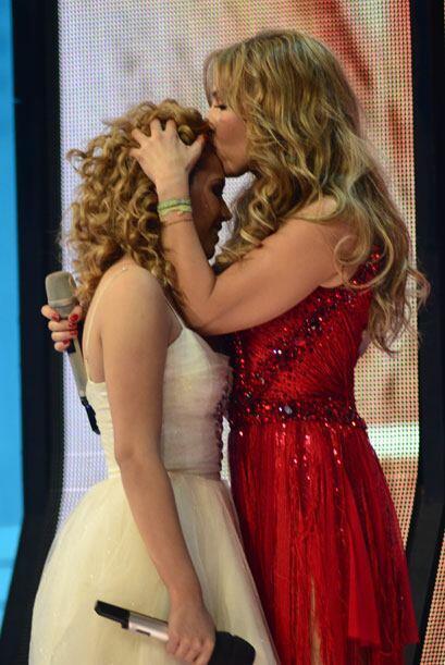 También Thalía le dio un besito en la frente.