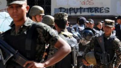 El presidente hondureño, Porfirio Lobo ordenó al ejército apoyar a la po...