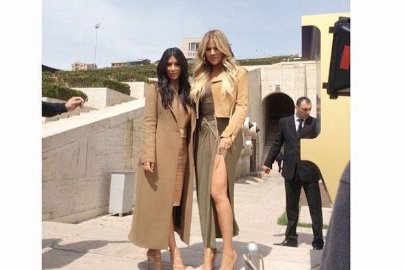 Kim y Khloé han invadido las hermosas calles de Armenia.