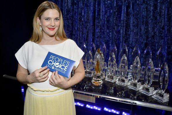 Drew Barrymore posando con todos los trofeos.