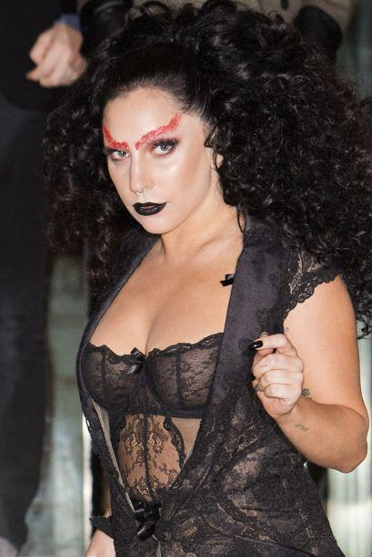 Peluca y maquillaje ponen gran parte del 'look'.