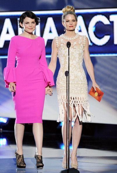 ¿Qué les parece el vestido rosa 'stripper' que usó Jennifer Goodwin en l...