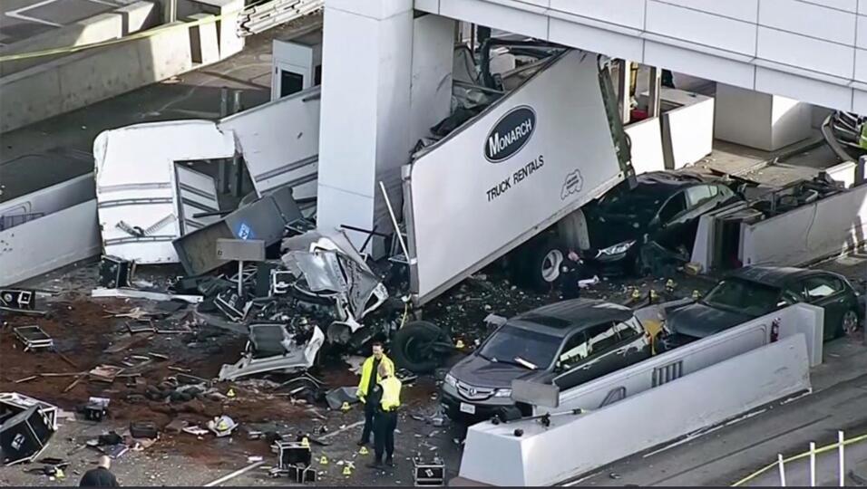 En esta imagen aérea se observan los restos de un camión alquilado tras...