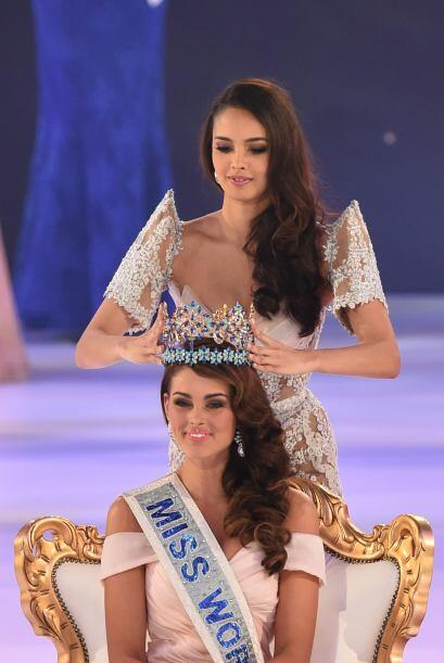 Miss World 2013, Megan Young, le ponía su corona.