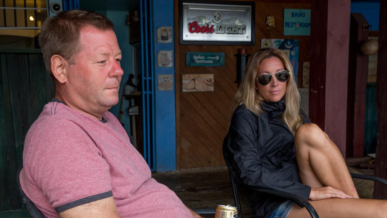 Los esposos Soukuep sentados en la entrada de su restaurante. Con la ayu...