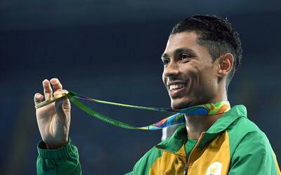Wayde Van Niekerk con su medalla de oro de Río 2016.