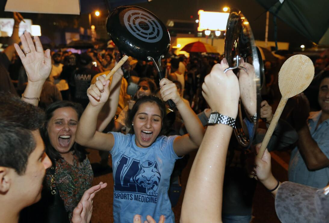Cubanoamericanos celebran en las calles de la Pequeña Habana, al conocer...