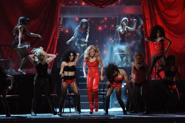 Muy al estilo Lady GaGa, con grandes plataformas y en cuero rojo, 'La Tr...