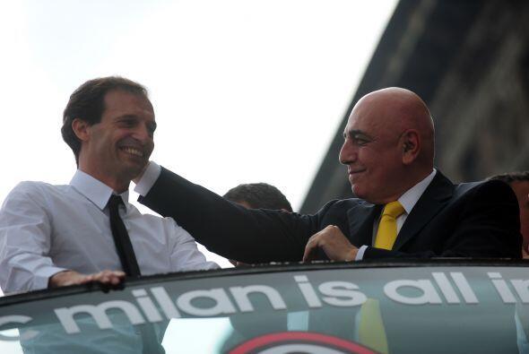 El presidente del club, Galliani, felicitó al técnico Allegri.