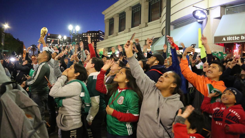 Más de 200 aficionados aparecieron en el hotel para apoyar al Tri.