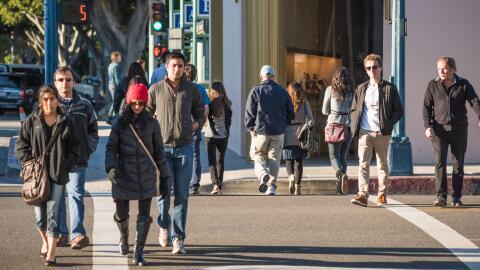 Peatones cruzan el bulevar Santa Mónica en Beverly Hills. Imagen...