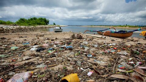 Honduras tiene su propio 'mar de plástico' en el mar Caribe y culpa a Gu...