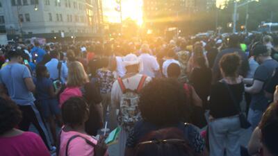 Cientos se reunieron en el Grand Army Plaza en nombre de la paz tras la...