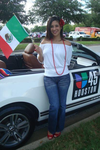 La talentosa reportera ondeó orgullosamente una bandera mexicana.