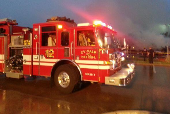 Unos 70 bomberos respondieron a un incendio masivo en un hotel en constr...