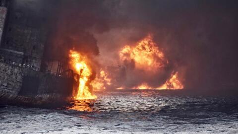 Momento en que el carguero iraní 'Sanchi' estalla en llamas y co...