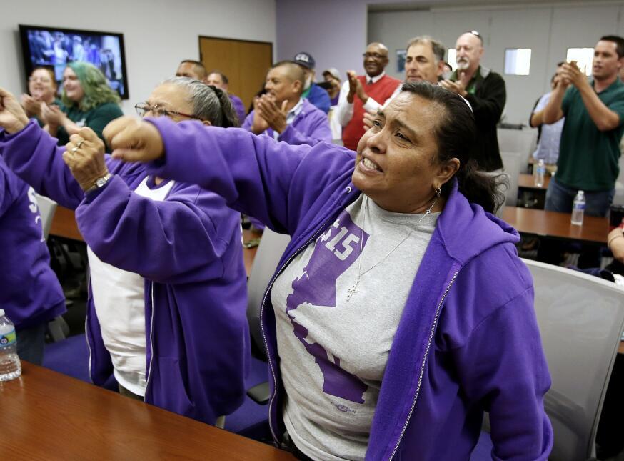 Patricia Ornelas, del sindicato SEIU, celebra el salario mínimo de $15