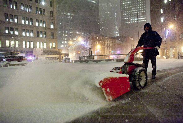 Mantener las veredas despejadas de nieve ayuda a evitar accidentes.