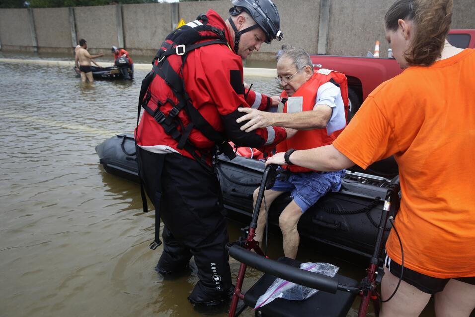 Rescatistas asisten a residentes de Braeswood, al suroeste de Houston.