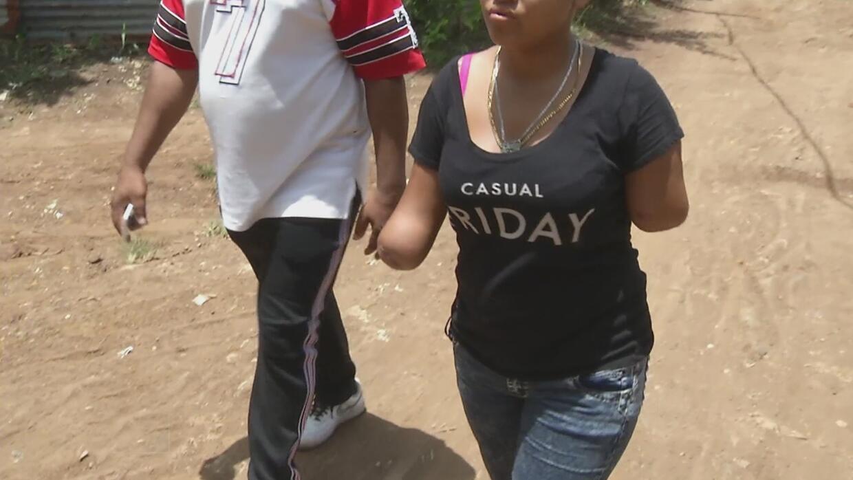 Un vecino le cortó los brazos a machetazos a una joven y destrozó su vid...