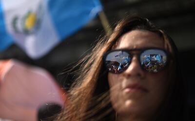 Una mujer se manifiesta el domingo en la Plaza de la Constitución...