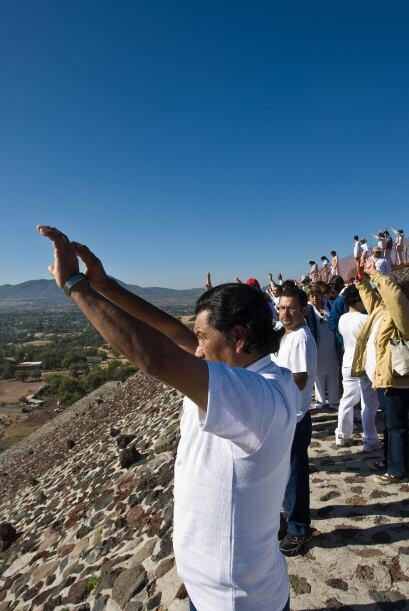 Para celebrar el Equinoccio se reúnen millares de personas a la zona arq...