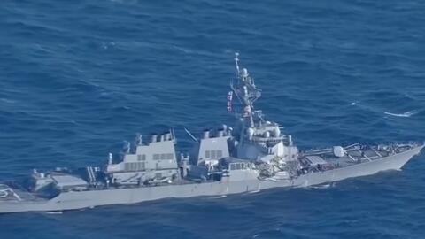 Insólito choque de un barco de guerra estadounidense contra un carguero...