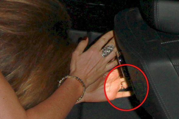 Esta era la prueba que presentaban: un sospechoso anillo en la mano de l...