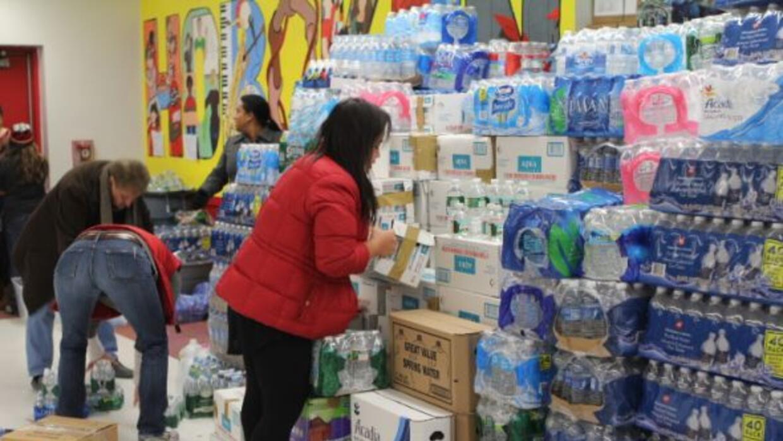 Miles de personas donan agua, alimentos y materiales básicos para los da...