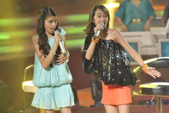 Al final de los duetos las cuatro niñas se pararon para acompañar la gra...