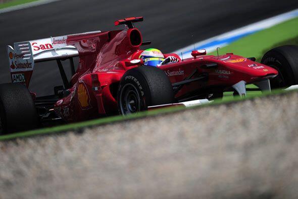 Alonso dio una última vuelta para celebrar su victoria en el circuito al...