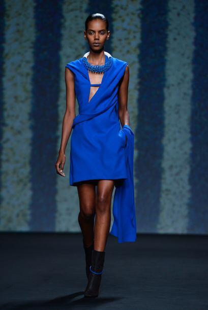 Ahora que si lo que buscas es la sensualidad, un vestido azul rey con un...