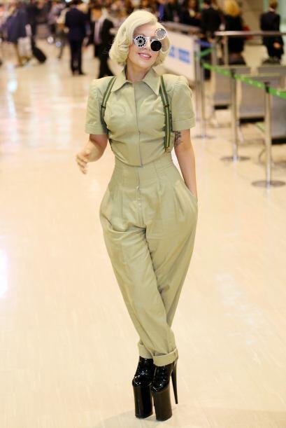 Aquí Gaga en un 'look' militar con caireles cerrados sobre su rubia mele...
