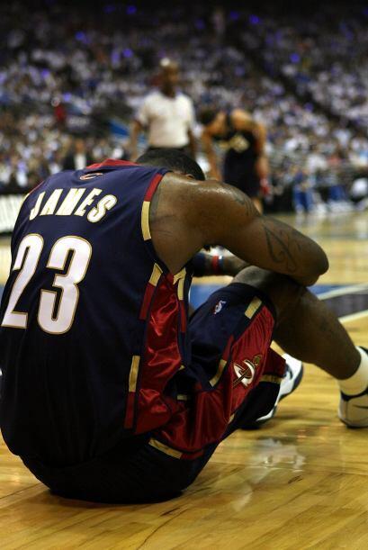 La controversia: en esa final James abandonó la cancha sin chocar la man...