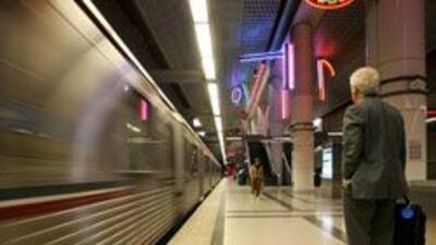 Nueva legislacion en CA establece que usuarios de tren y 'bus' no podran...