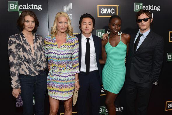 Posando con sus compañeros Laurie Holden (Andrea), Steven Yeun (G...