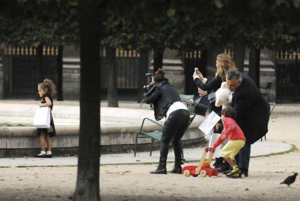 Ahora su familia le toma fotos mientras la chiquita sigue distraída mira...